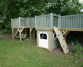 Play platforms with enclosed area
